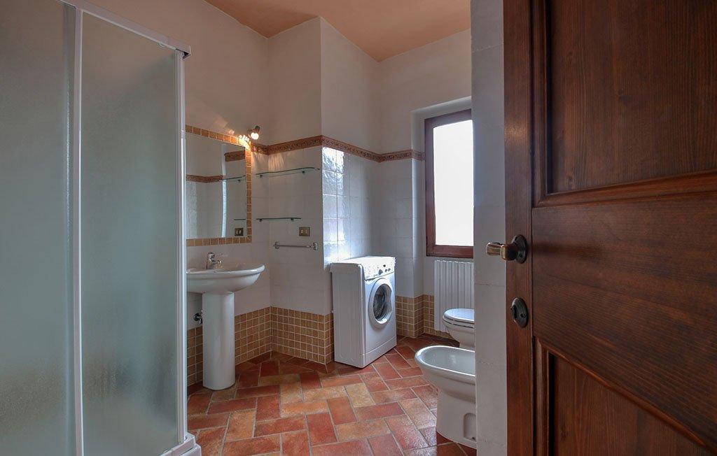 Dettaglio del bagno con lavatrice dell'appartamnto il Tulipano - Agriturismo Trebbiolo